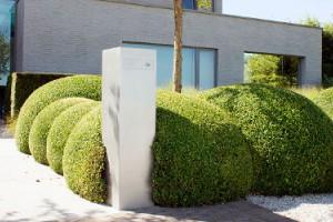 Hoe plaatst u een strakke brievenbus stijlvol in een tuinontwerp. 10 ideeën.