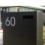 Domino. Exclusieve grote brievenbus. Designobject in voortuin.