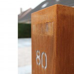 Toots 30100 cortenstaal brievenbus met klep in strak design. Topklasse.