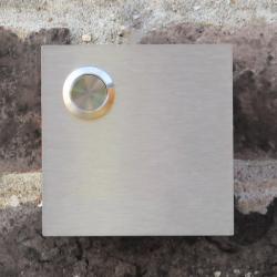 Vierkante inox deurbel met belknop linksboven. Model K.