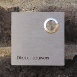 Vierkante deurbel in inox met uw naam, model A met 1 tekstlijn. Belknop bovenaan.