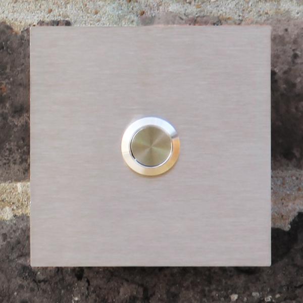 Vierkante inox deurbel met belknop in het midden. Model D