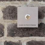 Vierkante inox deurbel met uw naam. Belknop midden. Model D met 1 tekstlijn.