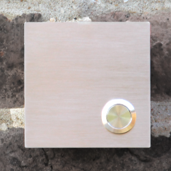 Vierkante inox deurbel met belknop rechtsonder. Model K.
