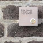 Vierkante inox deurbel met uw naam. Belknop rechtsonder. Model K met 3 tekstlijnen