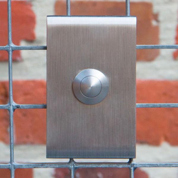 Verticale inox design deurbel met afgeronde kanten. Model J classic