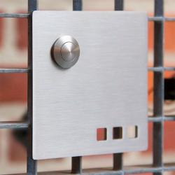Vierkante design deurbel met gaatjes en belknop bovenaan. Model I