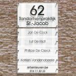 Wit naambord met 5 losse naamplaatjes. Met huisnummer en gegevens.
