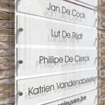 Wit naambord met 5 losse naamplaatjes. Bedrijfsnaam bovenaan.