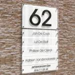 Naambord met huisnummer en 5 naamplaatjes.  Witte achtergrond