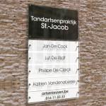 Naambord met 5 naamplaatjes in wit-zwart contrast