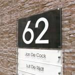 Naambord met 5 naamplaatjes en huisnummer in wit-zwart contrast