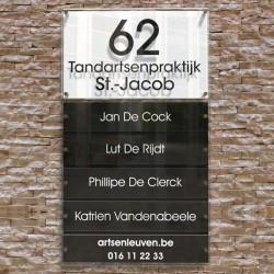 Naambord met 5 naamplaatjes, huisnummer en gegevens. Zwart-wit