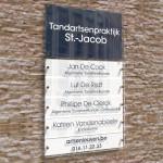 Naambord met 5 naamplaatjes. Donkerblauw en wit