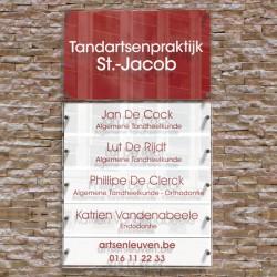 Rood-wit naambord met 5 vervangbare naamplaatjes.