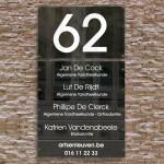 Zwart naambord met groot huisnummer en 5 losse naamplaatjes