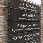 Naambord met 5 naamplaatjes in zwart-wit contrast