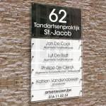 Naambord met 5 naamplaatjes, huisnummer en gegevens. Wit-zwart