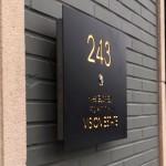 Naamborden met ingebouwde deurbel en verlichting.