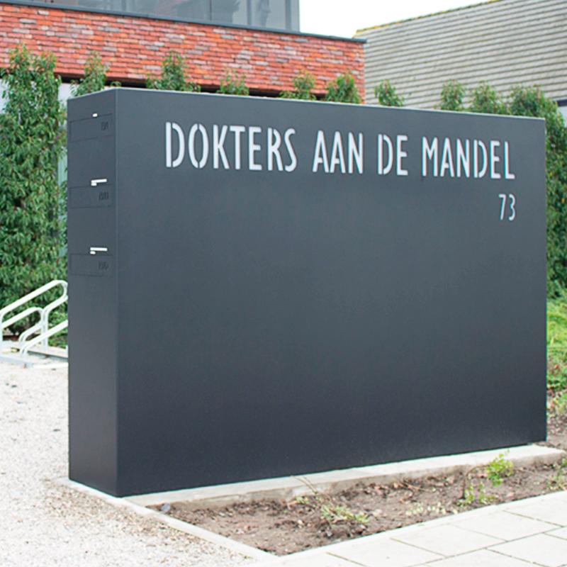 Domino, grote monoliet met brievenklep en naambord