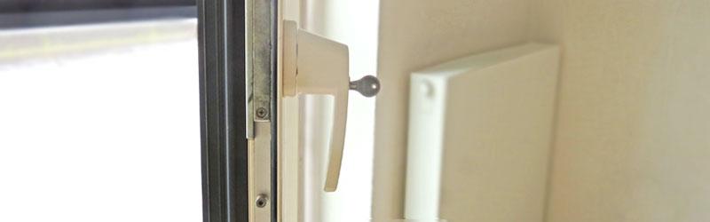 witte raamkruk met slot