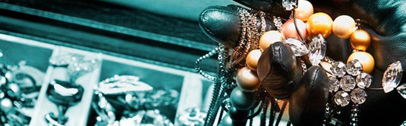 inbreker-steelt-juwelen