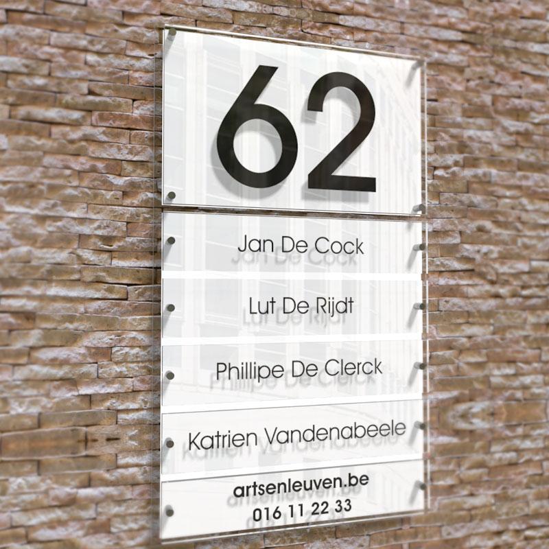 Wit naambord met huisnummer. 5 losse plaatjes