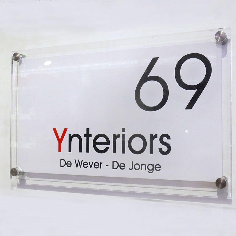 naambord in 2 kleuren op witte achtergrond